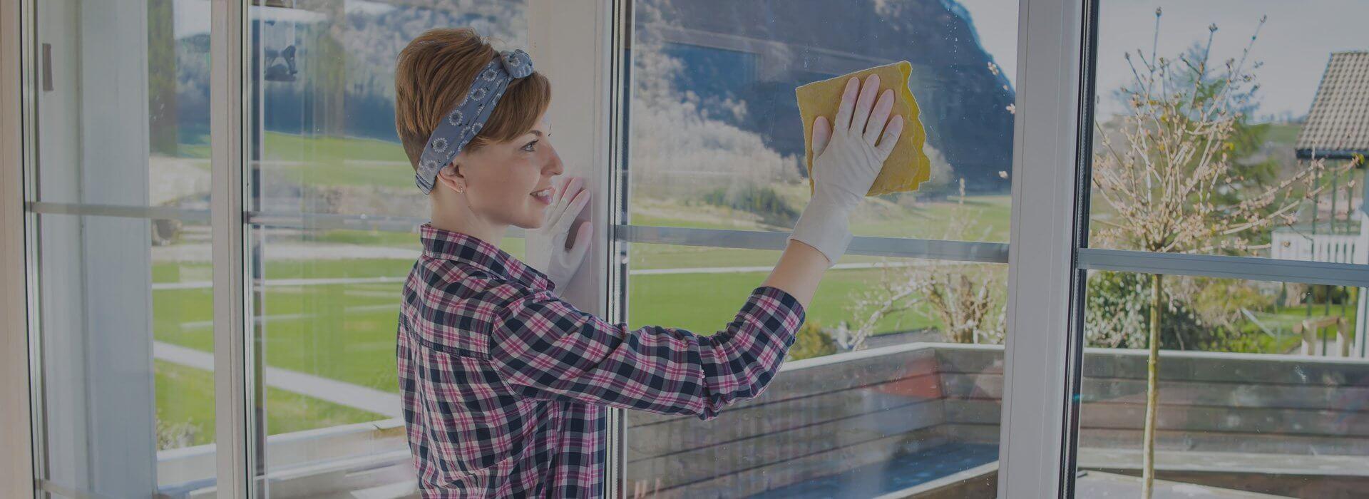 девушка моет окно