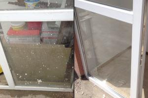 мойка балконной двери от цемента